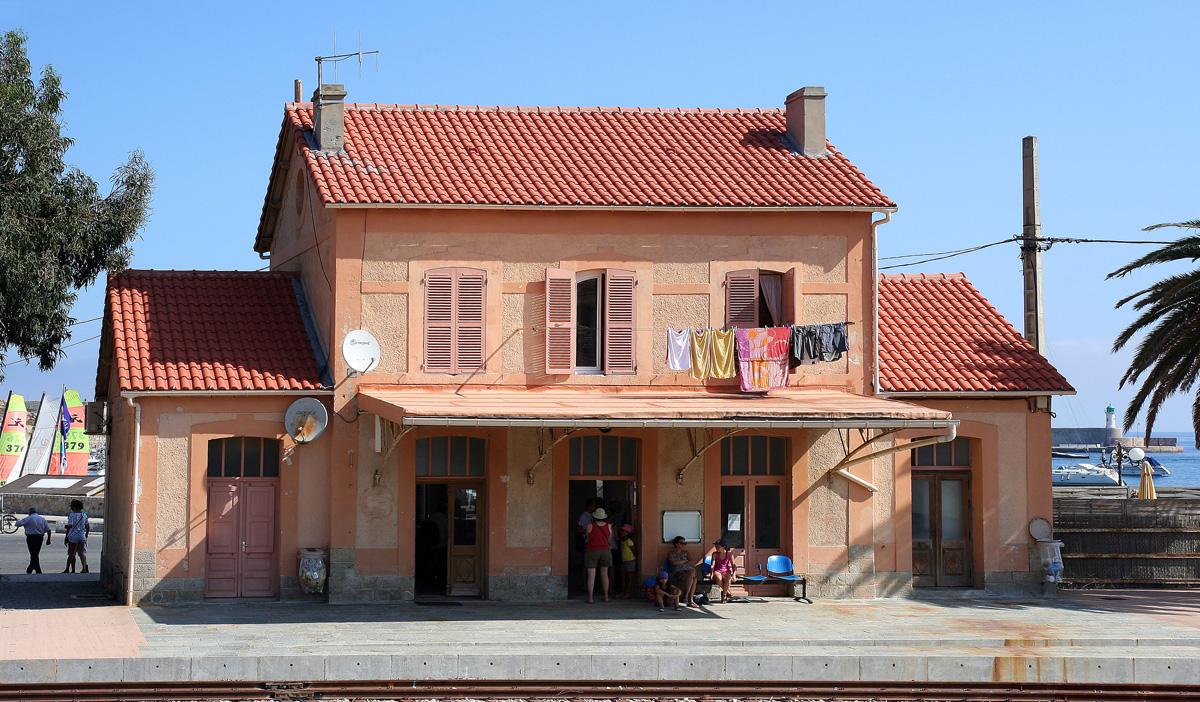 l'autorail Calvi - l'ile Rousse et la gare 110910064806749578722306