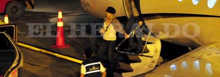 1204120104211432129708047 Shakira à laéroport de Barranquilla   Photos et Vidéo