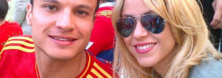 1206100833421432129967254 Shakira avec un fan au match Espagne vs Italie   Photo